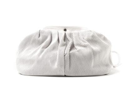 Sommertasche in weißem Leder und langem Riemen.