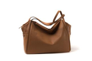 Tasche aus weichem Leder mit langem Riemen und Zip in cognac.