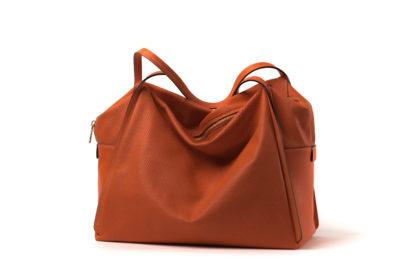 Tasche aus weichem Leder mit langem Riemen und Zip in orange.