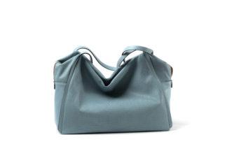 Tasche aus weichem Leder mit langem Riemen in blau.
