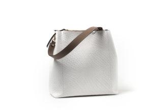Weiße Sommertasche mit braunen Riemen und Zip.