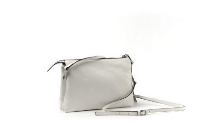 Kleine City-bag in weiß mit langem Riemen und Zip.