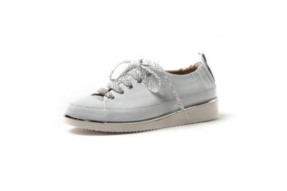 Weißer Sneaker.