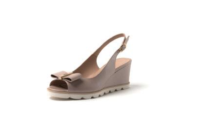 Sandale in nude aus weichem Leder mit einer weißen Sohle. Auch in rotem Lack erhältlich.