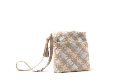 Sommertasche in weichem Leder zum Quertragen in nude/weiß.