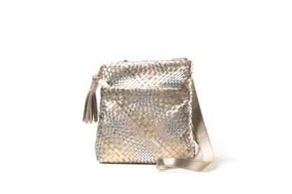 Leichte Sommertasche zum Quertragen in Silber/gold.