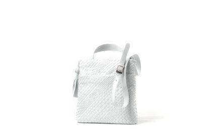 Sommertasche zum Quertragen in weichem, geflochtenem Leder in weiß.