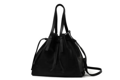 Beuteltasche mit langem Riemen aus weichem Leder in schwarz.