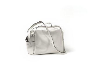 City Bag in weiß mit langem Riemen und Zipverschluß.
