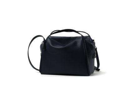 Citybag mit langem Riemen und Zipverschluß in schwarz.