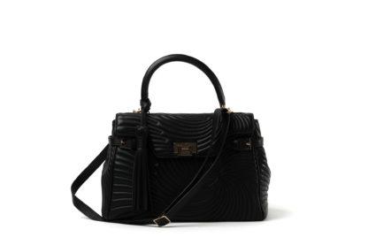 Kelly-Bag aus schwarzem Leder mit langem Riemen.