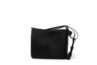 Handtasche in schwarz mit langem Riemen zum Quertragen.