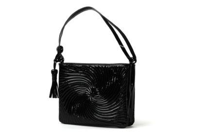 Handtasche in Lackleder schwarz mit langem Riemen zum Quertragen.