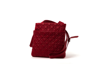 Handtasche gesteppt in rot mit langem Riemen.
