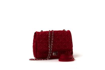 Kleine Handtasche mit gestepptem Leder in rot und einem langem Kettenriemen.