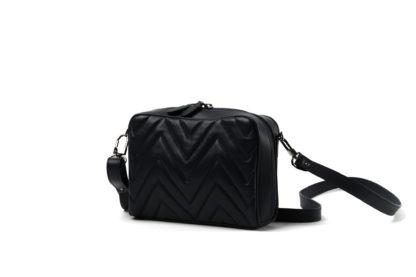 Kleine Handtasche mit gestepptem Leder in schwarz und langem Riemen.