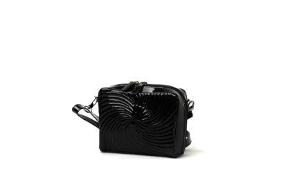 Kleine Handtasche mit gestepptem Lackleder in schwarz und langem Riemen.