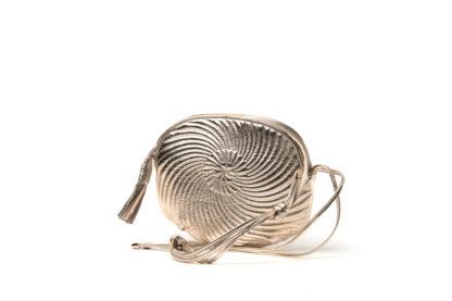 Kleine Handtasche aus gestepptem Leder in gold.