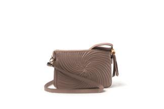 City- Handtasche in gestepptem Leder mit langem Riemen in nude mit Zipverschluß.