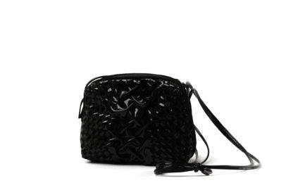 Kleine Handtasche in Lackleder schwarz mit langem Riemen.