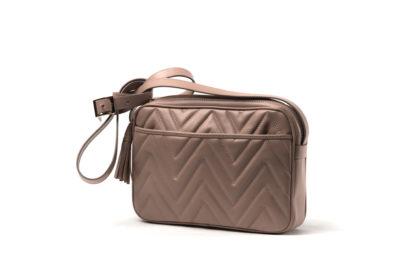 City-Bag in gestepptem Leder mit langem Riemen in cognac.