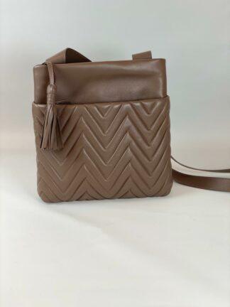 Tasche zum diagonal tragen in Nappaleder gesteppt in taupe.