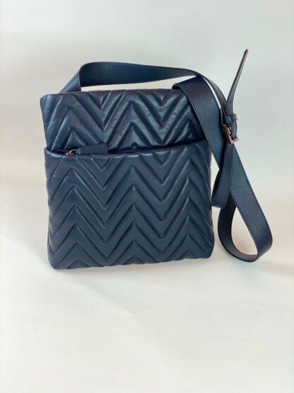 Tasche zum diagonal tragen in Nappaleder gesteppt in blau.