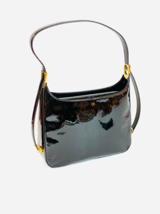 Tasche mit verstellbarem Riemen und Mittelunterteilung aus schwarzem Lackleder, 27x20 cm.
