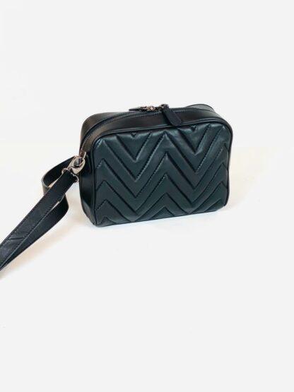 Tasche in Nappastepp schwarz mit langem Riemen zum Quertragen 20x15 cm.