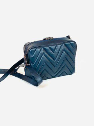 Tasche in Nappastepp mit langem Riemen zum Quertragen und drei Innenfächer in blau,20x15 cm.