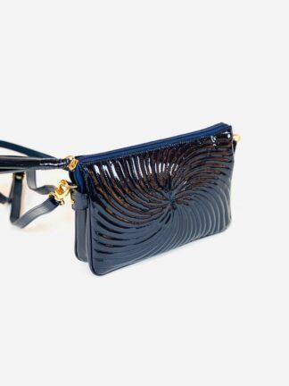 Kleine Tasche zum Schrägtragen in Lack blau,22x15 cm.