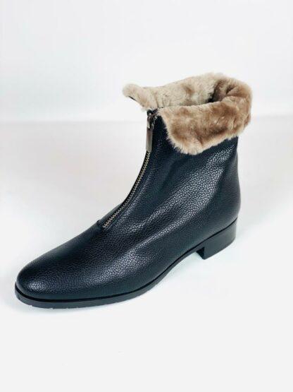 Stieflette aus weichem genarbten Leder mit echtem Lammfellfutter in schwarz von Moda di Fausto.
