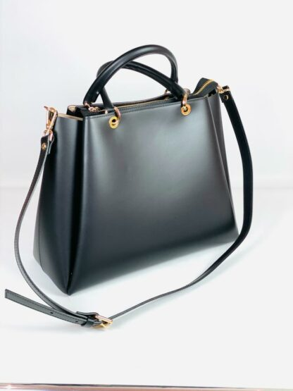 Grosse Kurzhenkeltasche mit Riemen Glattes Rindleder in schwarz.