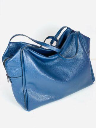 Shopper in genarbtem Leder in blau von Innue, 37x27 cm.